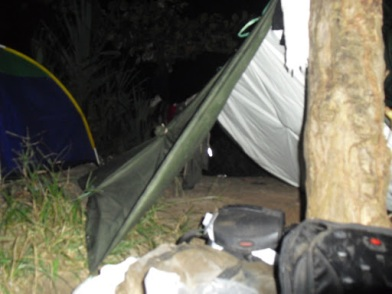 Tenda darurat. Kami bertiga tidur di sini.