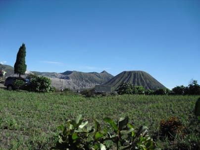 Gunung Batok yang terletak di kaldera Gunung Bromo dilihat dari dekat penginapan.