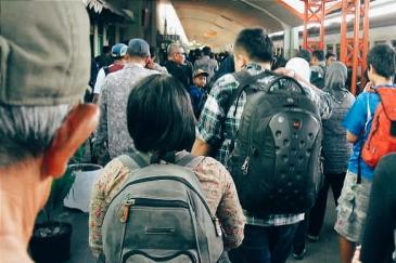 Backpacking berasal dari kata backpack, atau tas punggung. Backpacking adalah gaya berwisata dengan membawa tas punggung, bukan dengan membawa koper. Berbeda dengan berlibur membawa koper, berlibur membawa tas punggung identik dengan berlibur dengan budget lebih kecil.