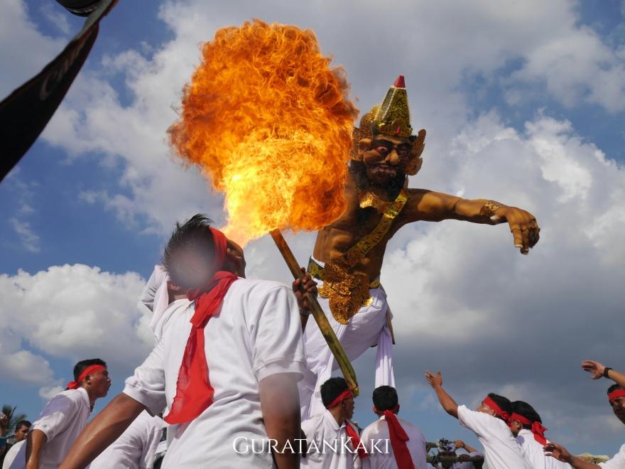 Pawai ogoh-ogoh digelar di depan Benteng Kuto Besak. Selain untuk menghibur wisatawan, pawai ini juga dimainkan untuk menyambut Hari Raya Nyepi yang jatuh bertepatan dengan peristiwa gerhana matahari.